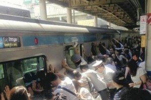 passengers work together to save a woman stuck between the train and the platform edge