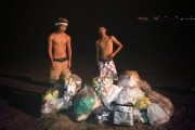 Japanese youths clean beach themselves, netizens impressed