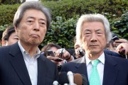 Former Japanese prime ministers Morihiro Hosokawa (L) and Junichiro Koizumi (R) speak to reporters after they met in Tokyo on January 14, 2013 as Hosokawa will run Tokyo gubernatorial election. AFP PHOTO / Yoshikazu TSUNO