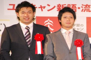 "Members of the SoftBank Hawks collect the grand prize for ""triple three""."